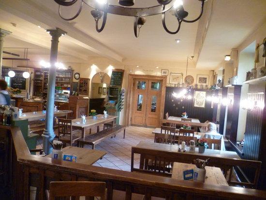 Jagdschloss Wirtshaus+Biergarten: Rustikale Einrichtung der Gasträume