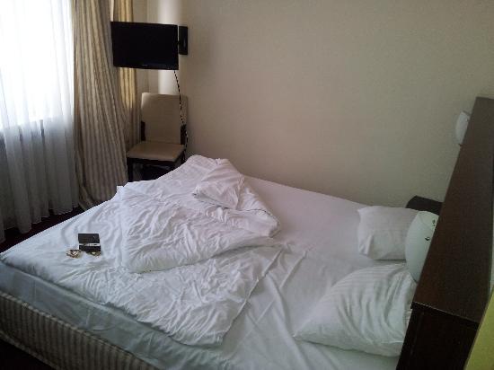 Novum Hotel Eleazar Hamburg City Center: Schlafbereich mit Flatscreen