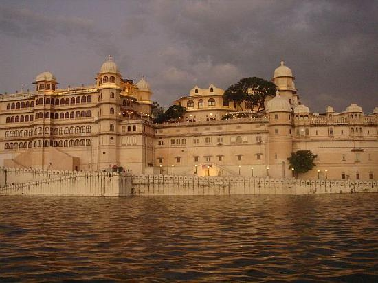 The Leela Palace Udaipur: Awesome City Palace view in evening
