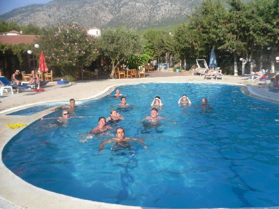 Gokcen Hotel & Apartments : Almost everyone in the pool!