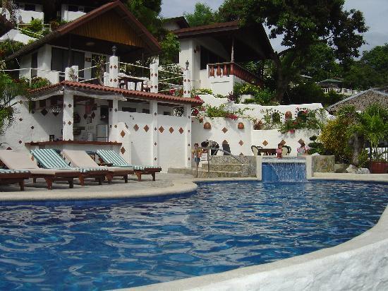 Steps Garden Resort : Pool side, cottages on the back ground
