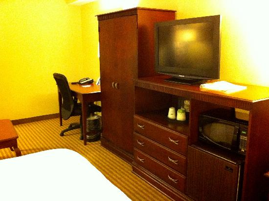 Hampton Inn Boca Raton: Nice tv and furnishings -- 6/24/11