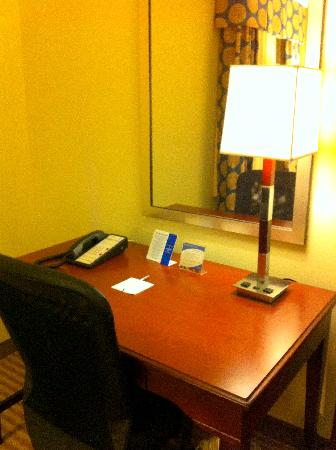 Hampton Inn Boca Raton: Great work desk area -- 6/24/11