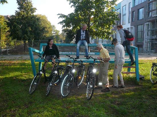 Berlin Bike Tour: Auf der Bank am Spreeradweg in Wedding