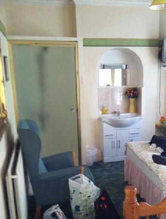 Lynwood Guest House: Dusche im Zimmer+Waschbecken