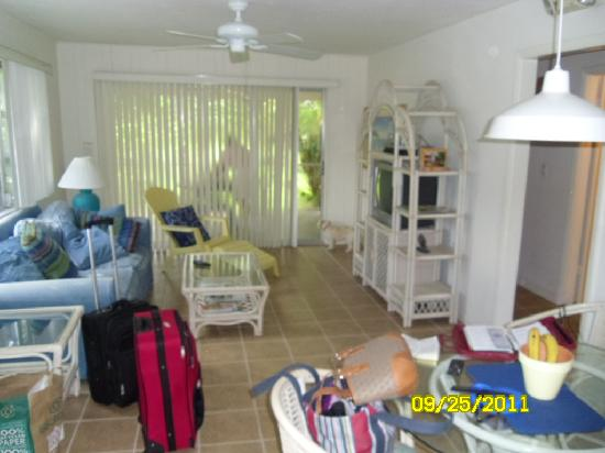 Driftwood Inn: Living room (and luggage)
