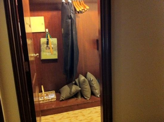 InterContinental Shanghai Ruijin: walk in closet