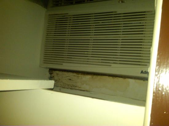 Mountaineer Inn: AC in closet
