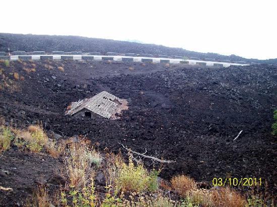 Etna Experience Excursions: House built in 1983 and destroyed the same year by Etna