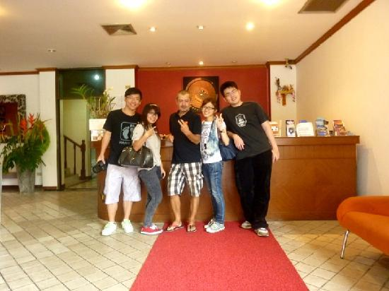 Baan Phil Guesthouse: four of us having the best moment in patong