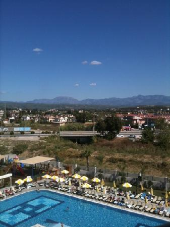 Seher Sun Palace Resort and Spa : view from our room on 4th floor overlooking the swimming pool & the main road