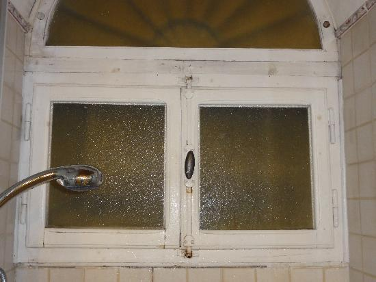 Relais Under The Tower: Fenêtre dans la salle de bain