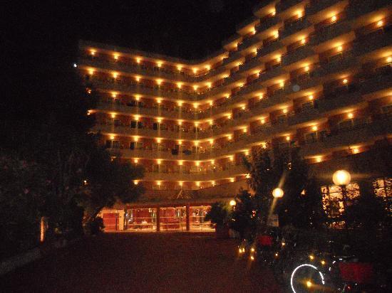 Hotel Club Cala Marsal: by night