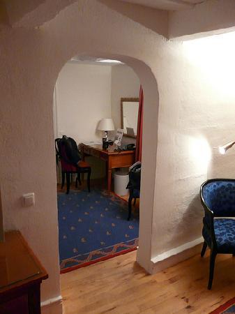 Hotel Goldene Sonne: view from bedrrom to writing desk