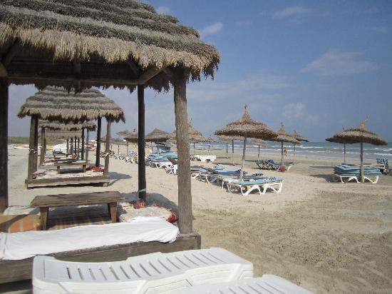 Yadis Djerba Golf Thalasso & Spa: la plage et ses paillotes