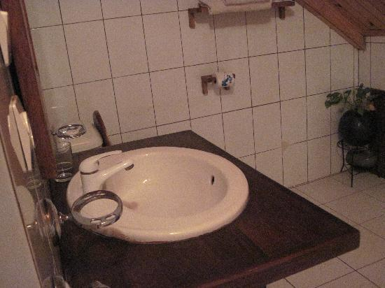Island Continent Hotel: salle de bain