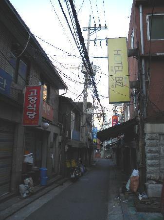 2nd Casa: ホテルの前の通り