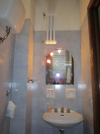 Paisiello Parioli Hotel: bagno ( da notare l'altezza del termosifone)