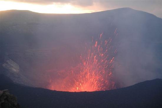 Mount Yasur: ...die Lava kommt ...