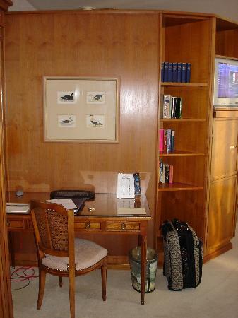 Eden Palace au Lac: Schreibtisch im Zimmer
