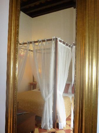 Palacio San Bartolome: Four poster bed