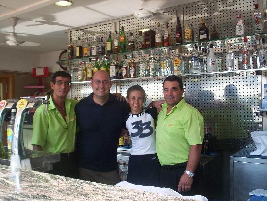 HSM Atlantic Park: Con los camareros del Bar de la Piscina