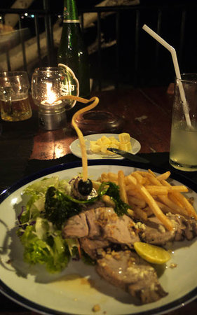 Thaproban : Grilled tuna with fries and salad