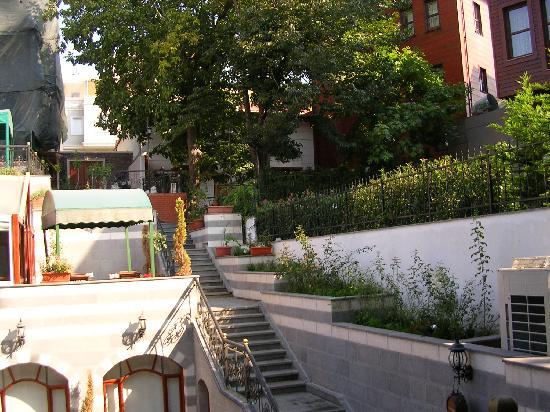 Rose Garden Suites Istanbul: Vue des suites, la cour intérieure avec les terrasses pour les repas.