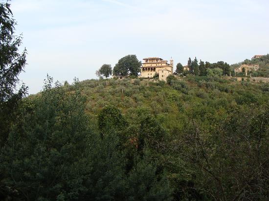 Villa di Papiano : widok na willę z drogi