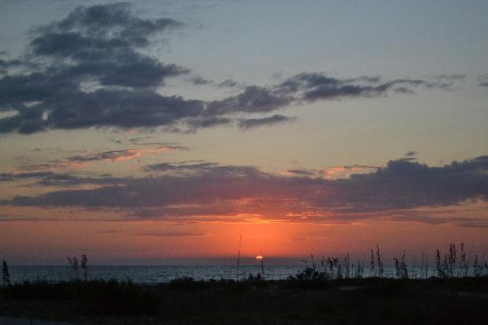 Tropical Winds Motel & Cottages: SANIBEL SUNSET