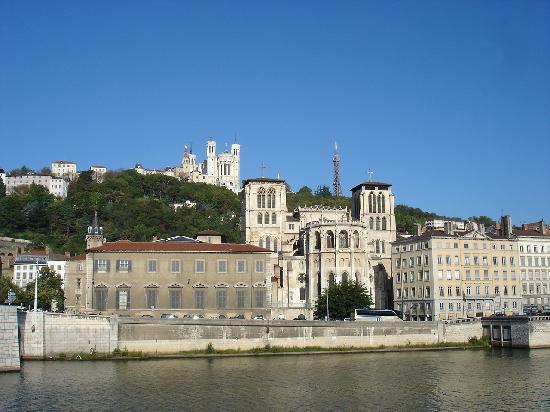 Vieux Lyon : Blick über die Saone zur Kathedrale (unten) und Notre-Dame de Fourvière (oben)
