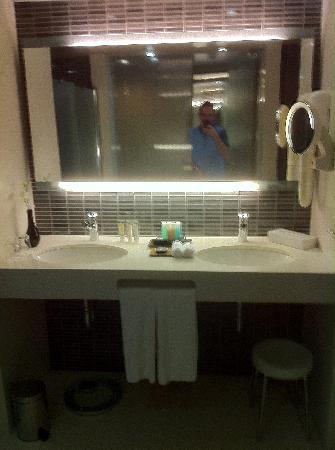 Dan Tel Aviv Hotel: Executive Sea View Suite Bathroom