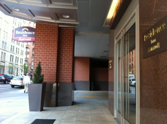 Residence Inn Denver City Center: entrance on Champa St.