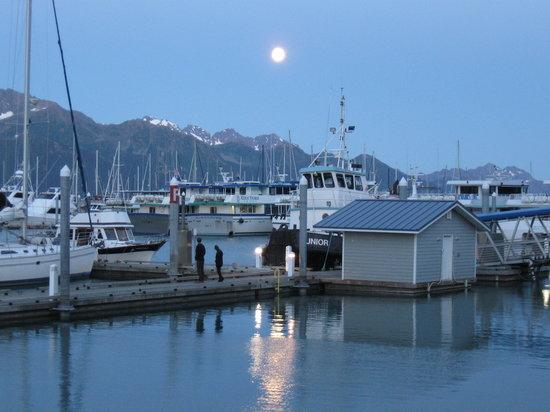 Chinooks Waterfront Restaurant: Moon rise over Seward Harbor