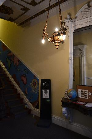 Hostelling International - Baltimore: Stairs to second floor