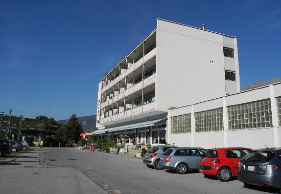 Hotel Rhone : Blick vom Bahnhof-Parkplatz aufs Hotel
