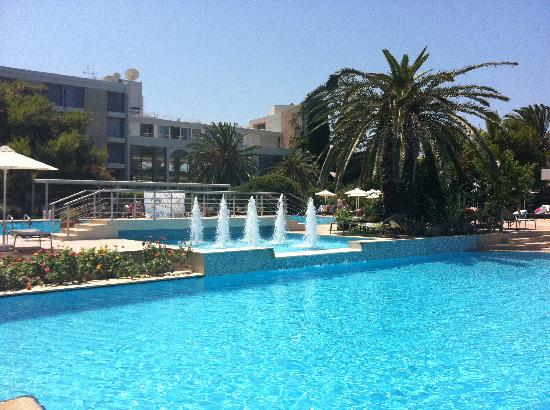 Caravia Beach Hotel: the hotel from the pools area