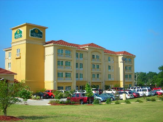 La Quinta Inn & Suites Tupelo: Lots of parking
