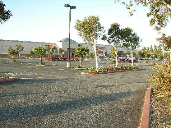 Hilton Garden Inn San Mateo: 早朝のショッピングセンター