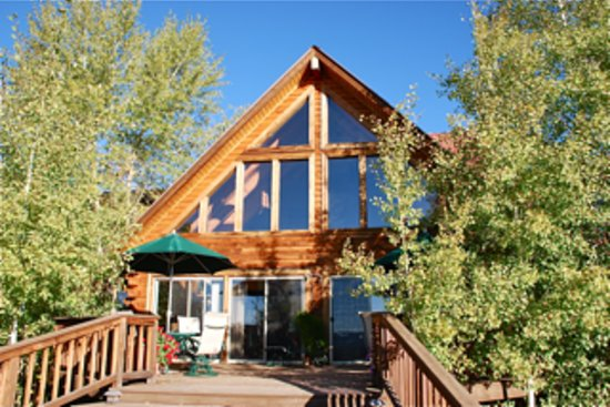 Flagstone Meadows Ranch Bed and Breakfast : Front view of the Bed and Breakfast