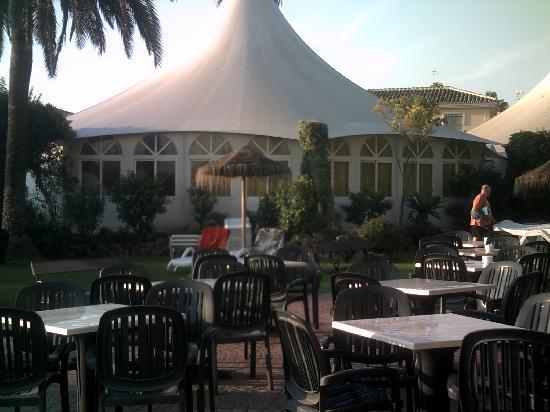 โรงแรมรอยัล คอสต้า: seating area pool bar