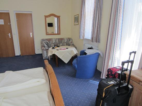 Hotel Vier Jahreszeiten: Room with slightly tired sofa!