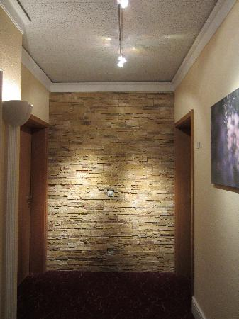 Hotel Vier Jahreszeiten: Stone wall in corridor outside our room - nice touch!