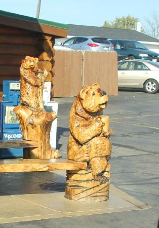 Log Cabin Family Restaurant: Trees around here tend to end up as bears