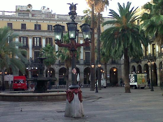 Avantgarde Limousine Tours: Photo Plaza Real Barcelona (Gaudi´s street lamp)