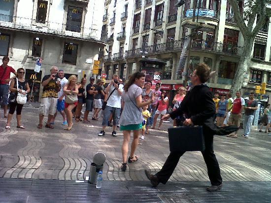 Avantgarde Limousine Tours: Photo street performer in La Rambla Barcelona