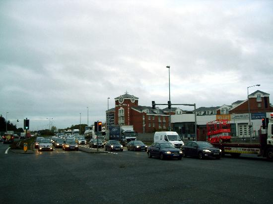 Maldron Hotel Newlands Cross : Morning rush hour traffic going past the hotel