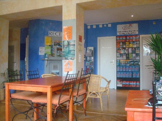 Lausanne Guesthouse & Backpacker : Reception and common area