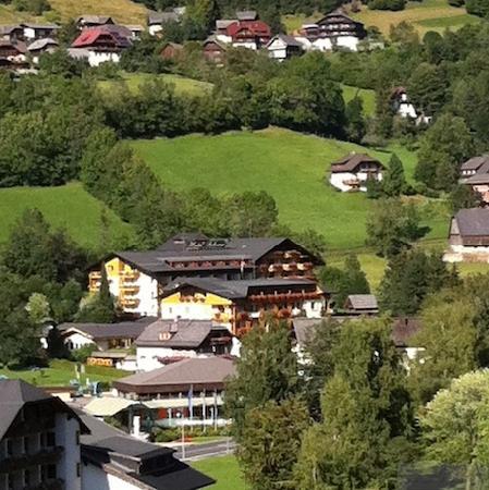 Thermenwelt Hotel Pulverer: Blick auf das Hotel vom Hang gegenüber