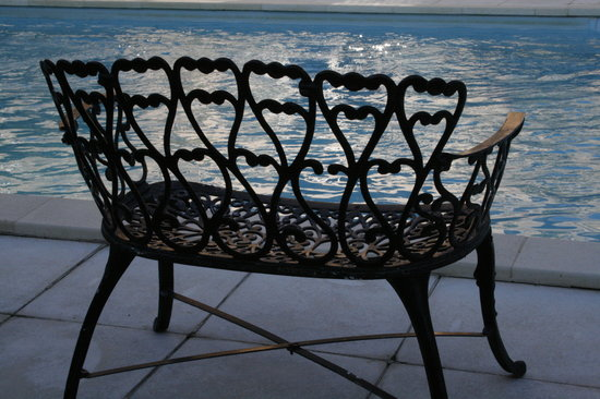 Trausse, Francia: A lovely seat at the side of the pool